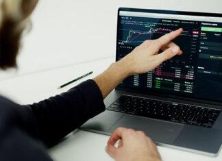 Jak psychologia wpływa na proces inwestowania